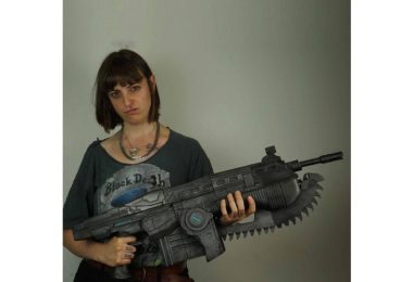 Lancer_Gears_of_War_Replica_Cosplay